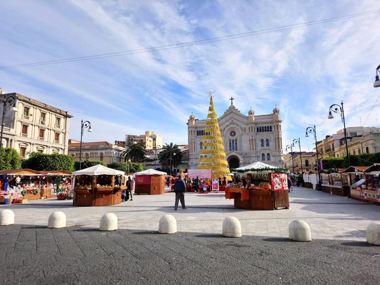 albero di Natale e mercatino in piazza Duomo a Reggio Calabria - foto di Pasquale Campolo