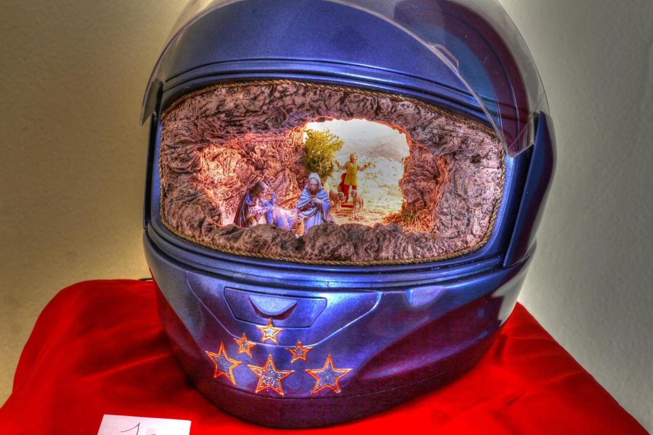 Presepe nel casco, originale interpretazione, Mostra-Concorso Circolo Cosio Culturale Hobbisti, San Giorgio su Legnano (Milano) - foto di Pasquale Campolo